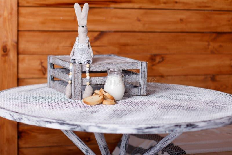Baguette και γάλα σε μια κανάτα στον πίνακα στοκ φωτογραφία