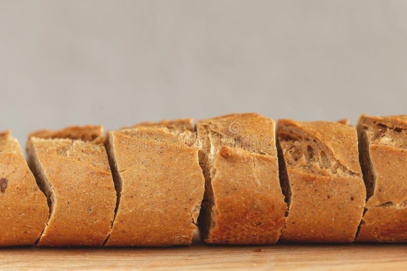Baguette affettate fresche della segale sul tagliere di legno immagini stock