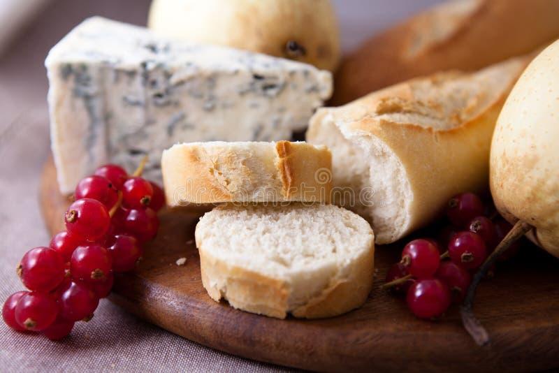 Baguette avec du fromage bleu et des fruits photo stock