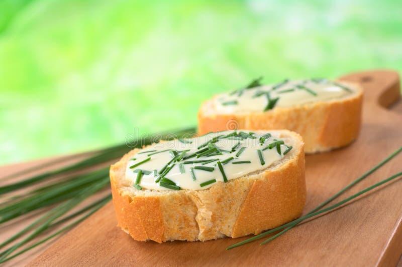 Baguette avec le fromage à pâte molle et la ciboulette image stock
