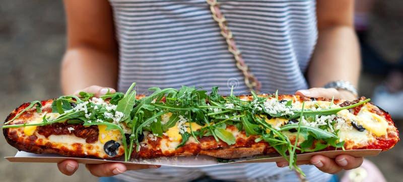 Baguette casseroled con la salsa de los tomates secados, de las aceitunas negras, del queso parmesano y del mango imagenes de archivo