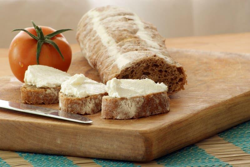 Baguette comme casse-croûte avec le fromage blanc images libres de droits