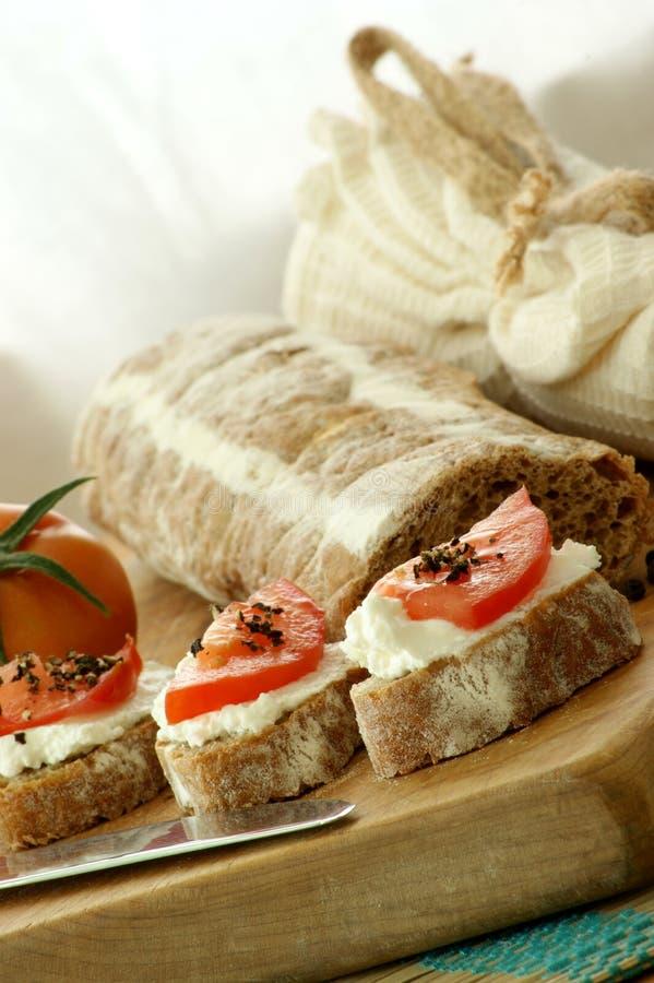 Baguette comme casse-croûte avec le fromage blanc image stock
