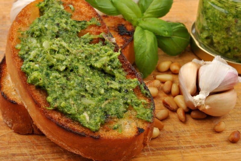 Baguette comme casse-croûte avec le pesto fait maison photographie stock libre de droits