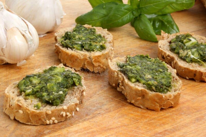 Baguette comme casse-croûte avec le pesto frais fait maison photo stock