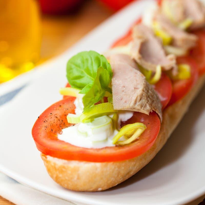 Baguette con lo sgombro ed i pomodori immagine stock