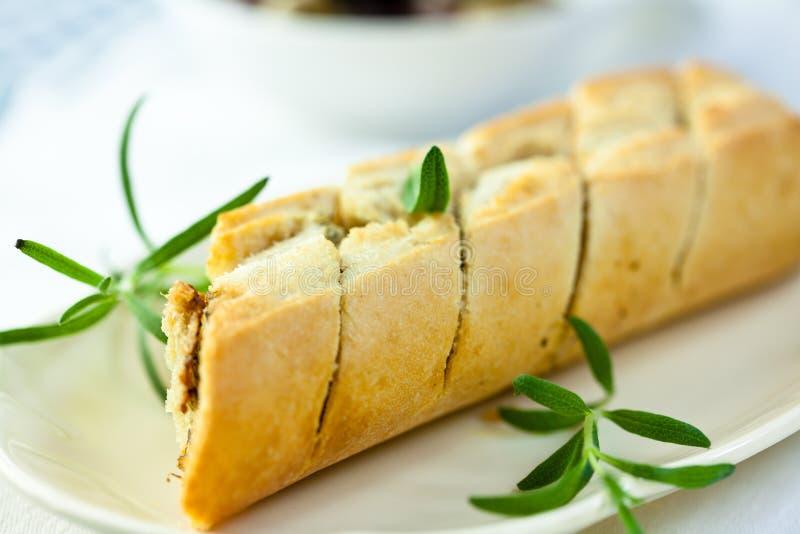 Baguette cotto con le erbe fotografia stock