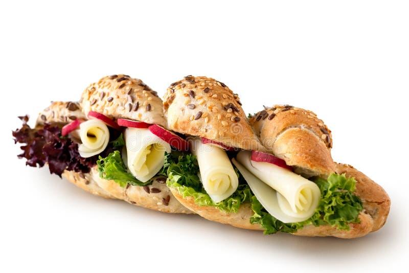 Baguette croccanti del grano intero dell'insalata e del formaggio isolate su bianco fotografia stock libera da diritti