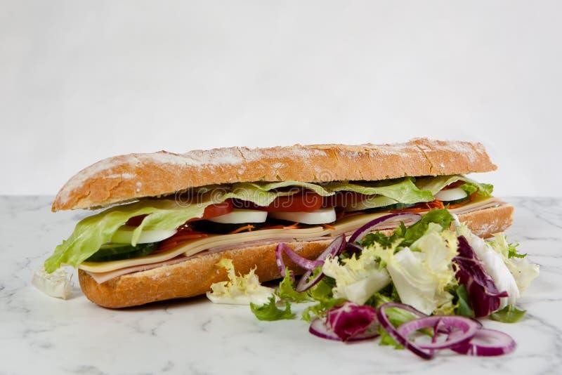 Baguette da cebola do tomate do ovo da alface do sanduíche imagem de stock royalty free