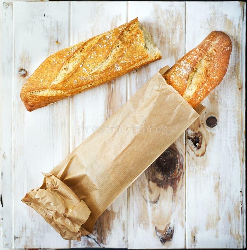 Baguette dans un sac de papier de grocey Pain de pain photos stock