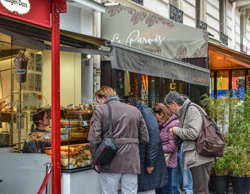 Baguette de compra de la gente en París céntrica fotografía de archivo libre de regalías