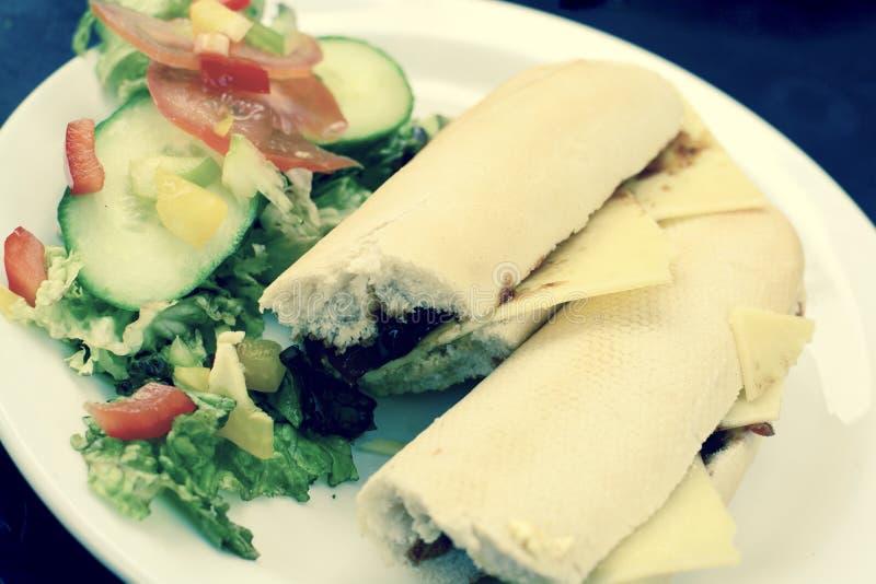 Baguette del formaggio e pranzo dell'insalata immagine stock libera da diritti