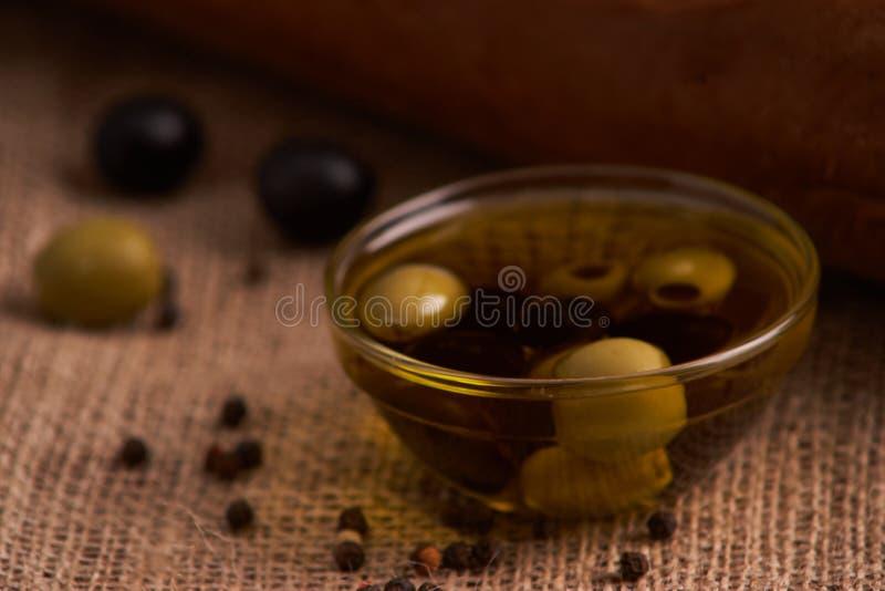 baguette del pane fresco con olio d'oliva, olive formaggio e rosmarini su fondo di legno Prima colazione di Teasty fotografia stock libera da diritti