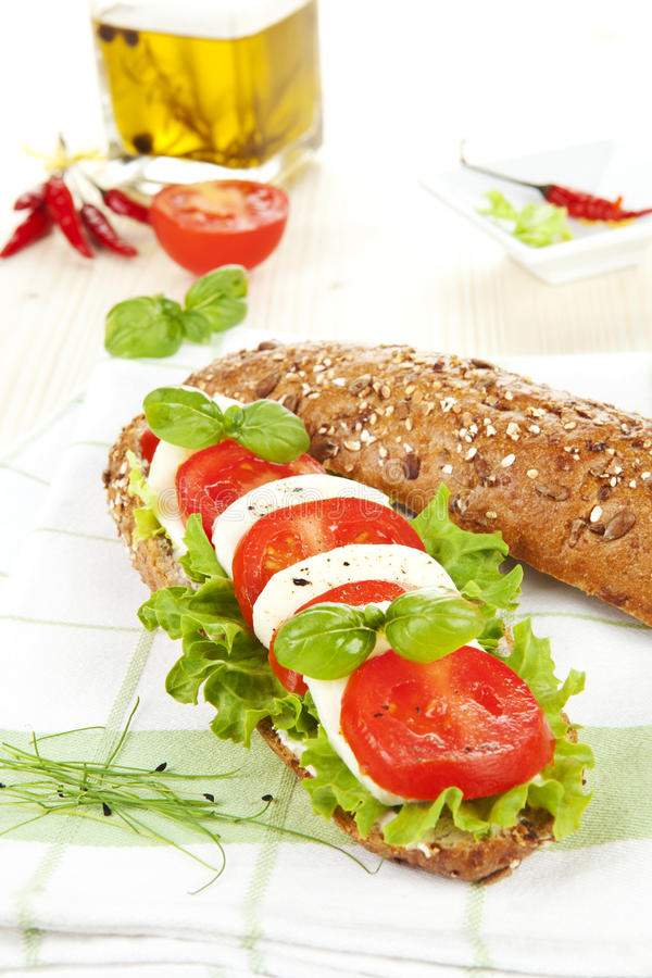 Baguette do tomate do Mozzarella. fotos de stock royalty free