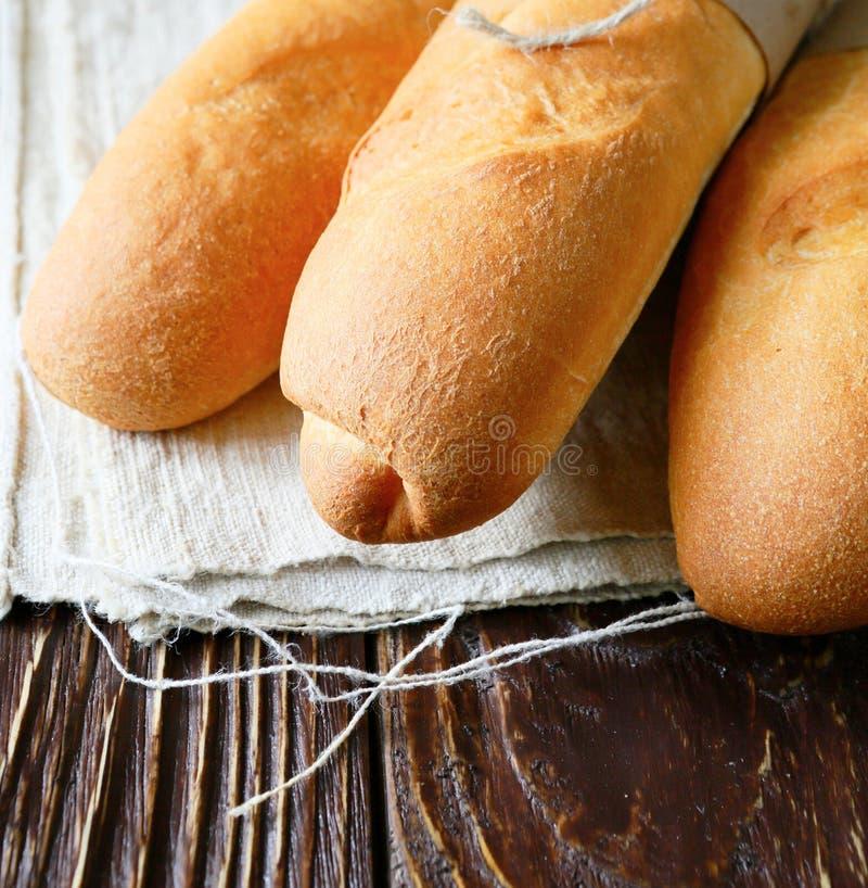 Baguette drie op hennepdoek stock foto