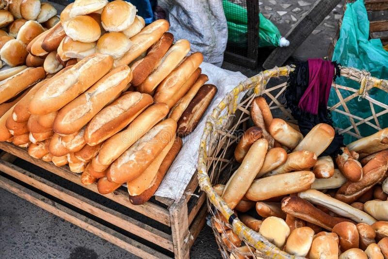 Baguette e perle francesi fresche sull'esposizione del mercato di mattina a Fianarantsoa, Madagascar fotografie stock libere da diritti