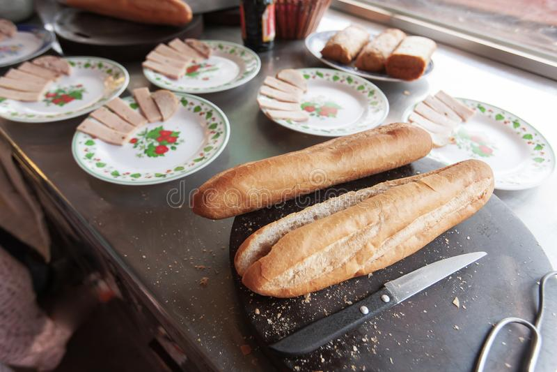 Baguette för matlagning i en Khmer-restaurang royaltyfri bild