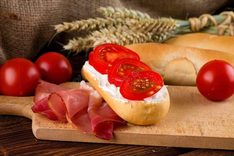 Baguette fraîche avec du fromage et le légume photographie stock