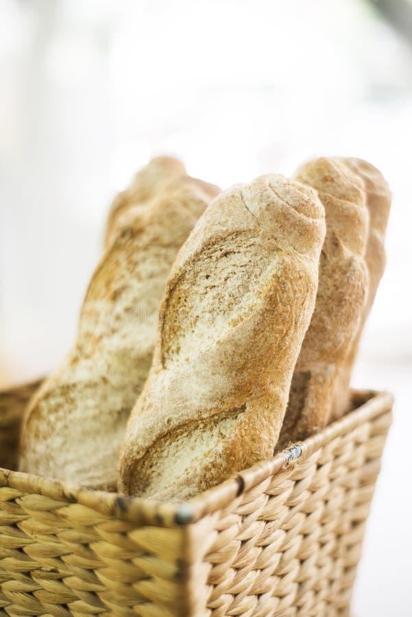Baguette francês na cesta imagens de stock royalty free