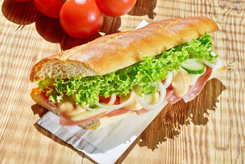Baguette francesi con il prosciutto ed il formaggio fotografia stock libera da diritti