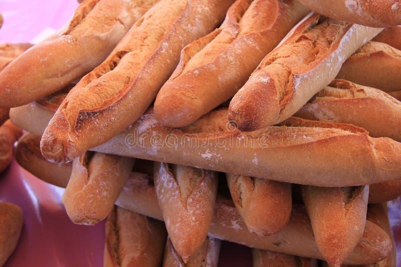 Baguette fresche ad un mercato locale immagine stock