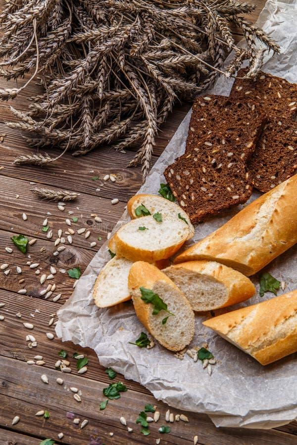 Baguette fresche, pane con i semi fotografie stock libere da diritti