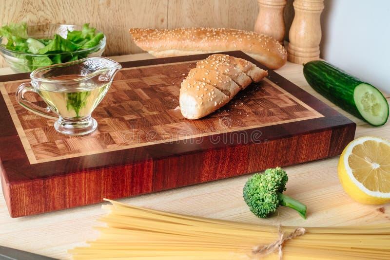 Baguette fresco cortado en un tablero imagen de archivo libre de regalías