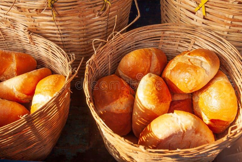 Baguette lub Francuski chleb w łozinowych koszach z ranku ligh obraz stock