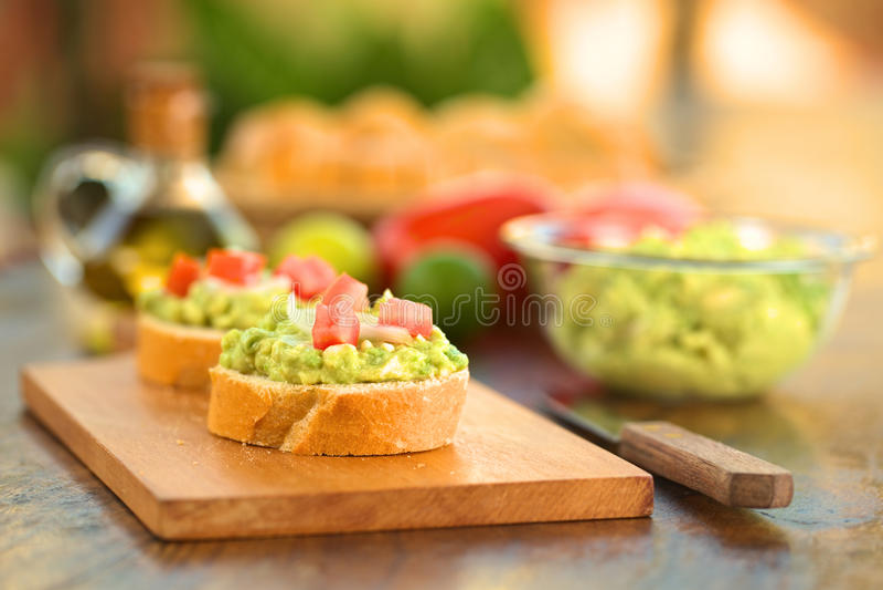 Baguette met Avocado en Tomaat stock foto's