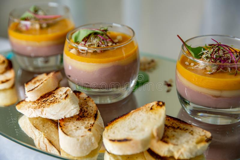 Baguette met Franse laagpastei kippenpastei in glas en toostbrood bij restautant royalty-vrije stock afbeelding