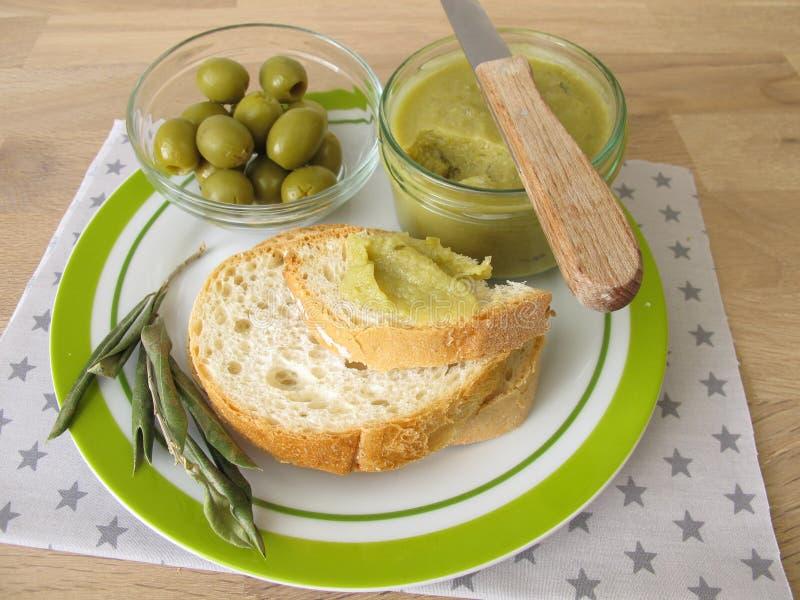 Baguette met groene olijfjam royalty-vrije stock afbeeldingen