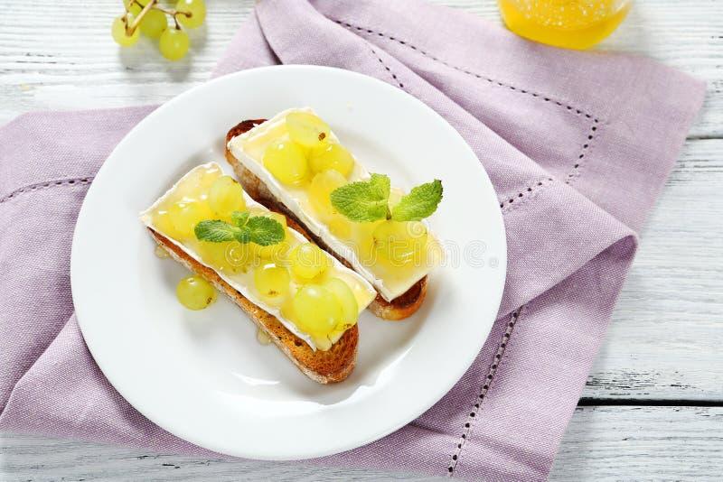 Baguette met kaas en druiven stock foto