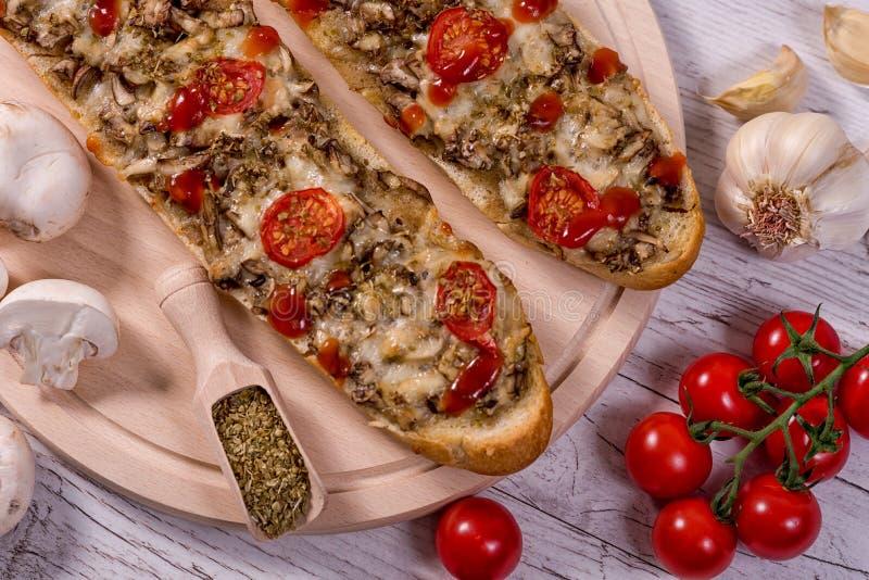 Baguette sabroso de la pizza con las setas y los ingredientes del parmesano fotos de archivo libres de regalías