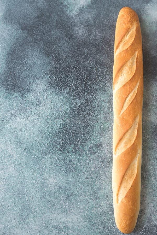Baguette sur le fond en bois photo libre de droits