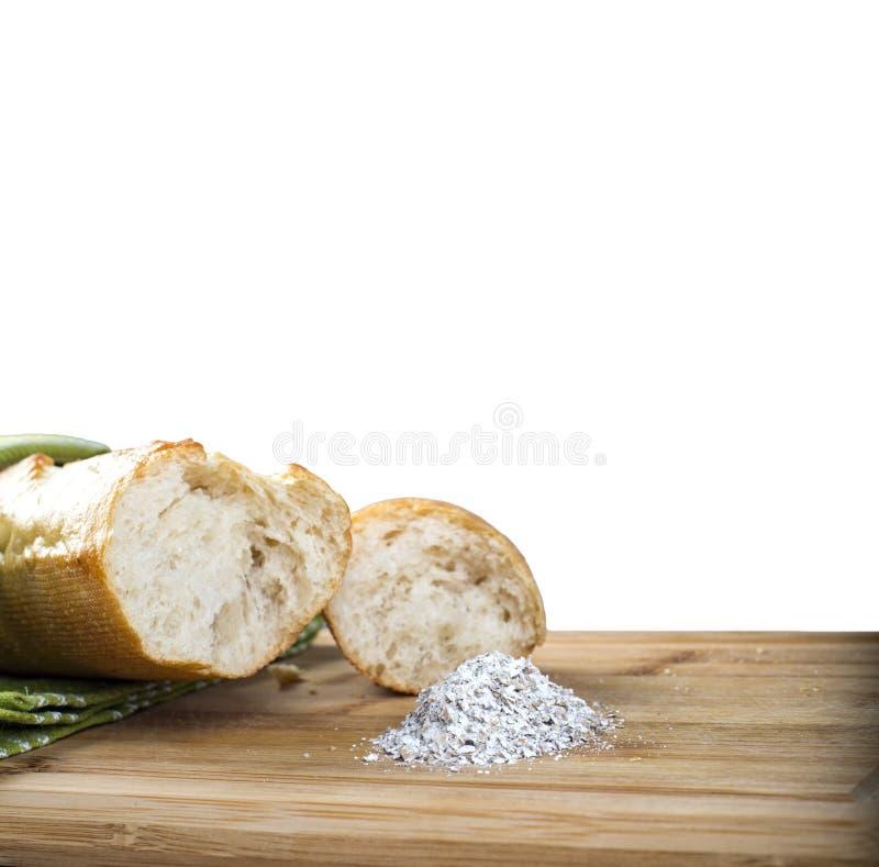 Baguette y harina largos en tabla de cortar de madera fotos de archivo