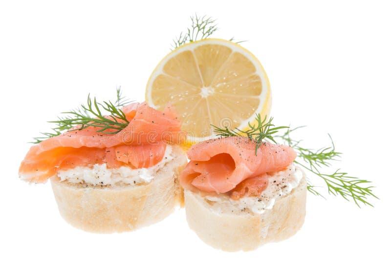 Baguette z łososiem na bielu obraz royalty free