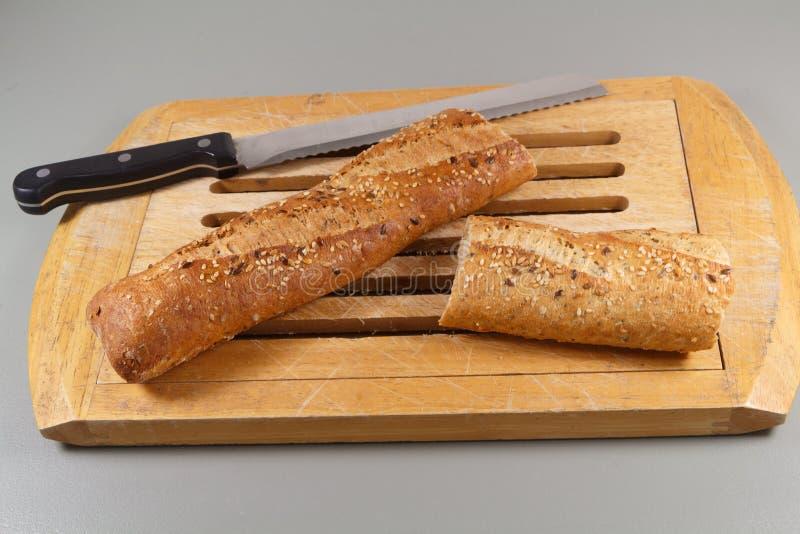 Baguettebrood en mes op een hakbord royalty-vrije stock foto's