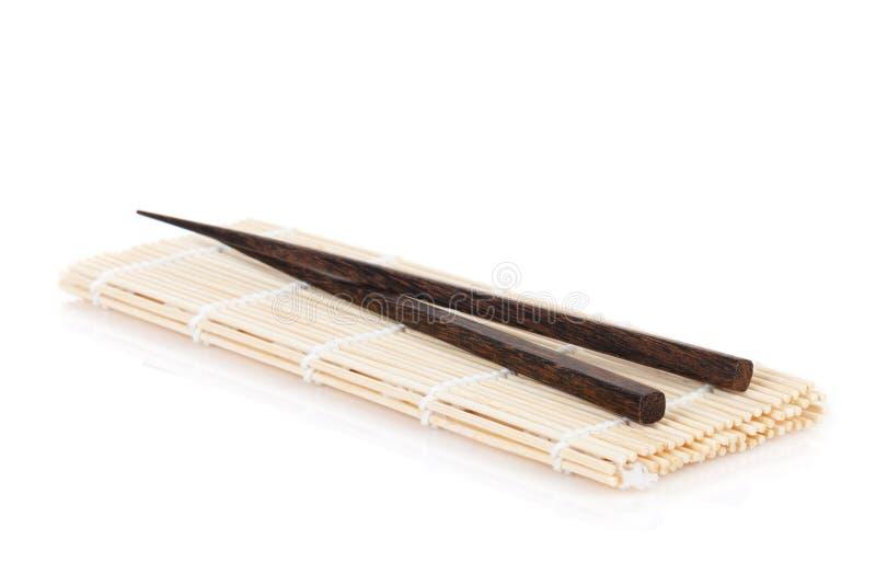 Baguettes au-dessus du tapis en bambou photo stock