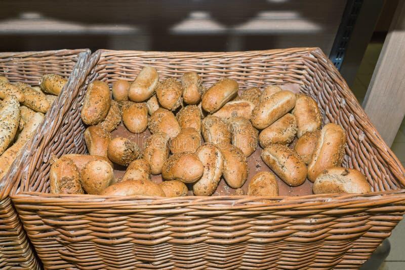 Baguettes complètes dans un panier à faire des emplettes dans un supermarché photos stock