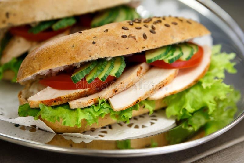 Baguettes de blé entier de poulet et de salade photo stock