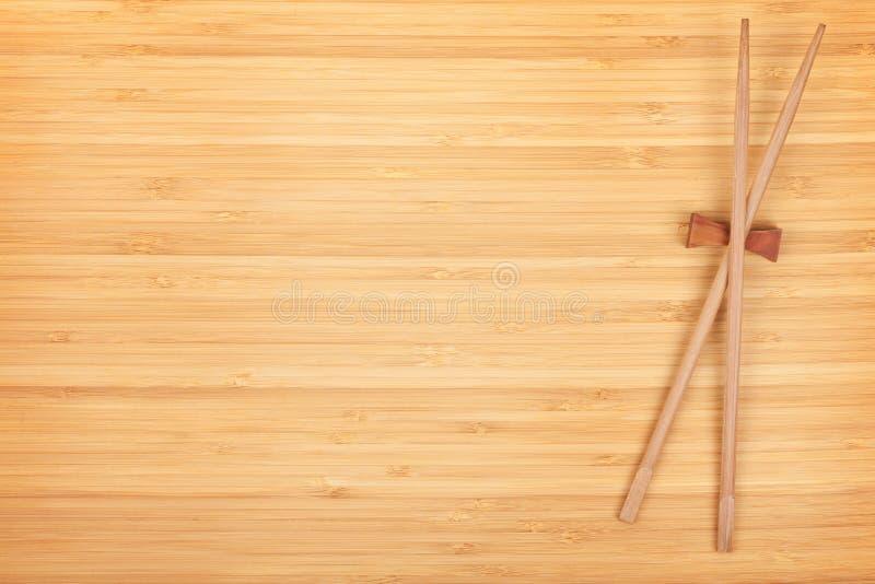 Baguettes de sushi sur la table en bambou photos libres de droits