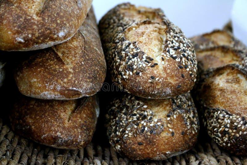 Baguettes del pan amargo en cesta foto de archivo