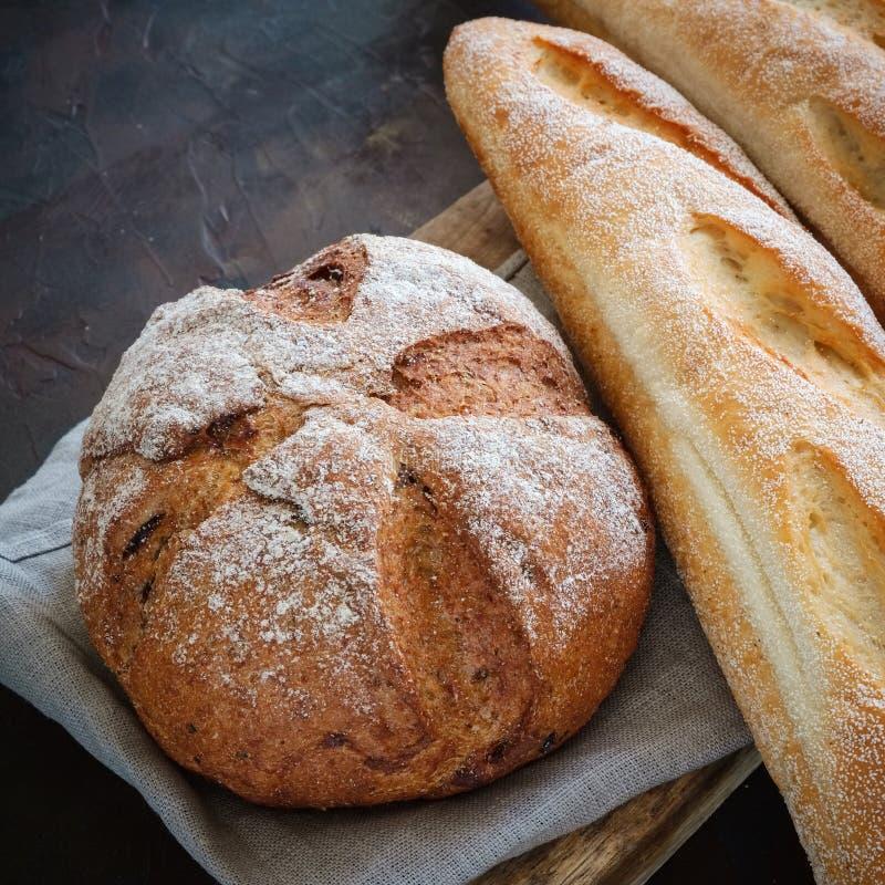 Baguettes en brood op een linnenservet Hoogste mening royalty-vrije stock afbeeldingen