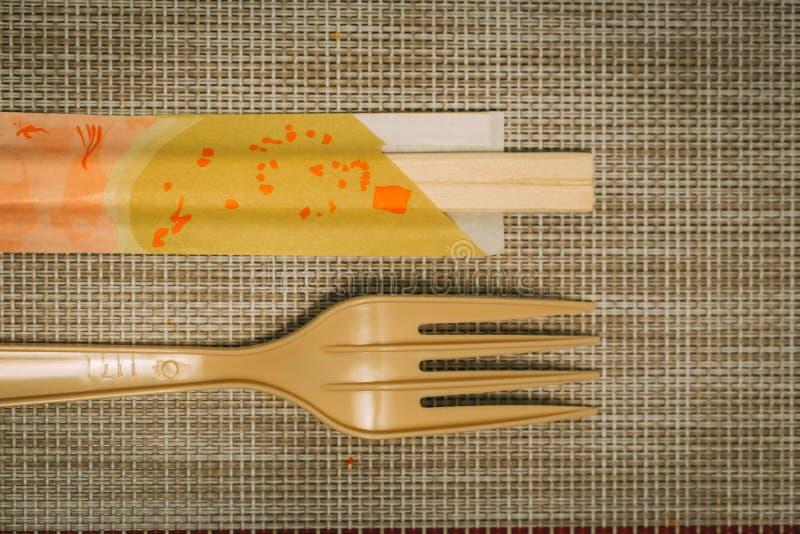 Baguettes et fourchette sur le tapis de table photos libres de droits
