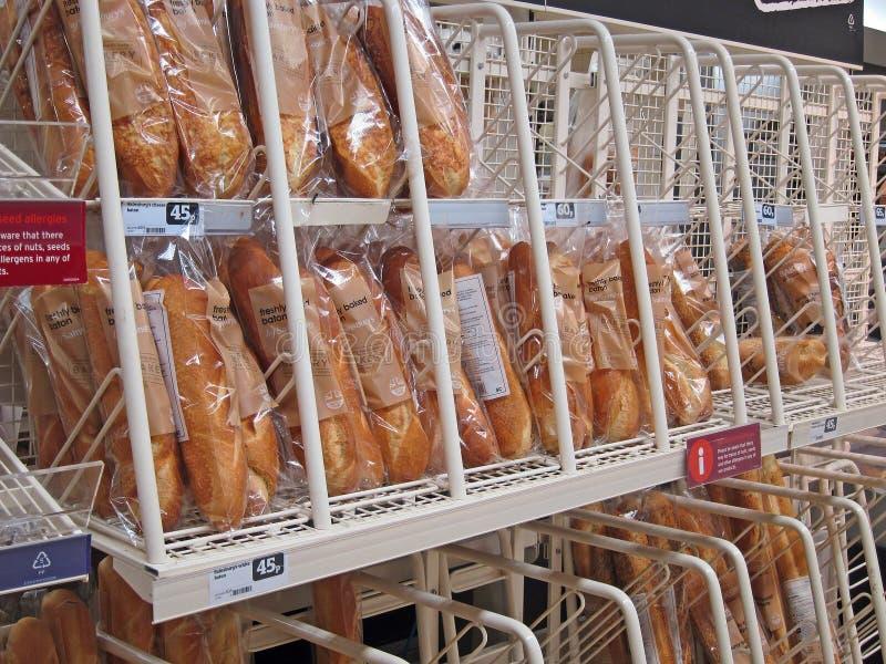 Baguettes frescos en un supermercado. fotos de archivo