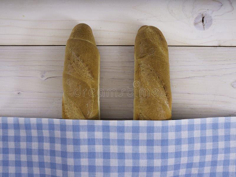 Download Baguettes Onder Een Zakdoek Stock Foto - Afbeelding bestaande uit baksel, onder: 39100236