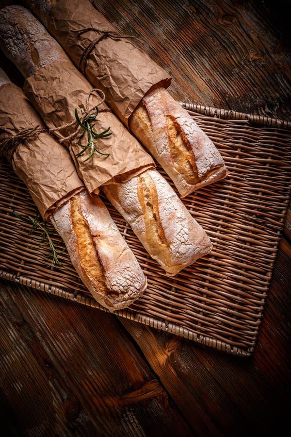 Baguettes tradicionales recientemente cocidos fotografía de archivo
