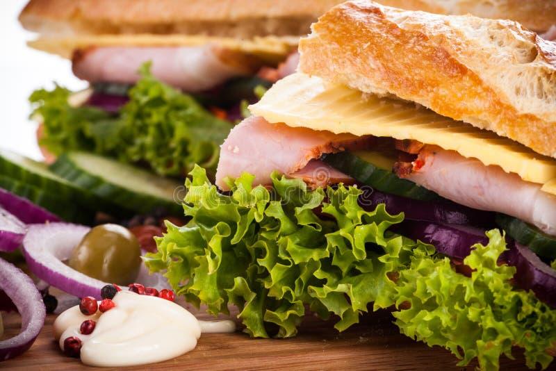 Bagutte avec du jambon et le fromage photographie stock libre de droits