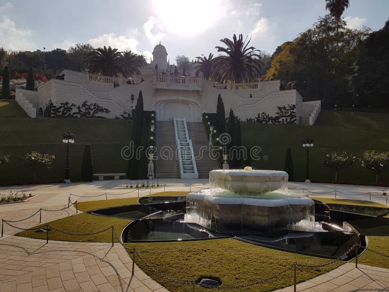 Bahà ¡ 'Ã的喷泉在海法从事园艺 免版税库存照片