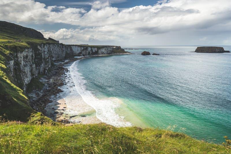Bahía acogedora al lado de la línea de la playa de Irlanda del Norte foto de archivo libre de regalías